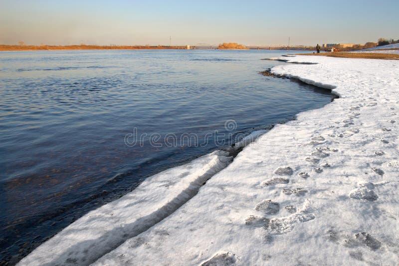Blauwe rivier en wit ijs. royalty-vrije stock afbeeldingen