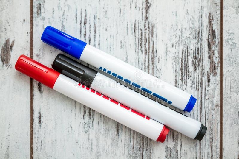 Blauwe, Rode, Zwarte die Teller op Witte achtergrond wordt geplaatst royalty-vrije stock foto