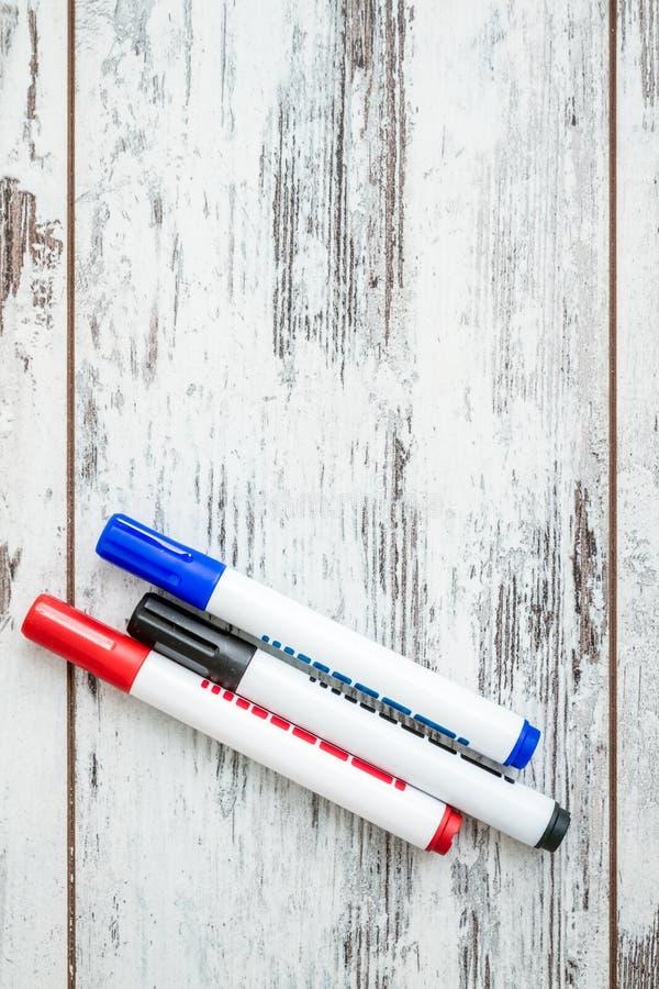 Blauwe, Rode, Zwarte die Teller op Witte achtergrond wordt geplaatst royalty-vrije stock afbeelding