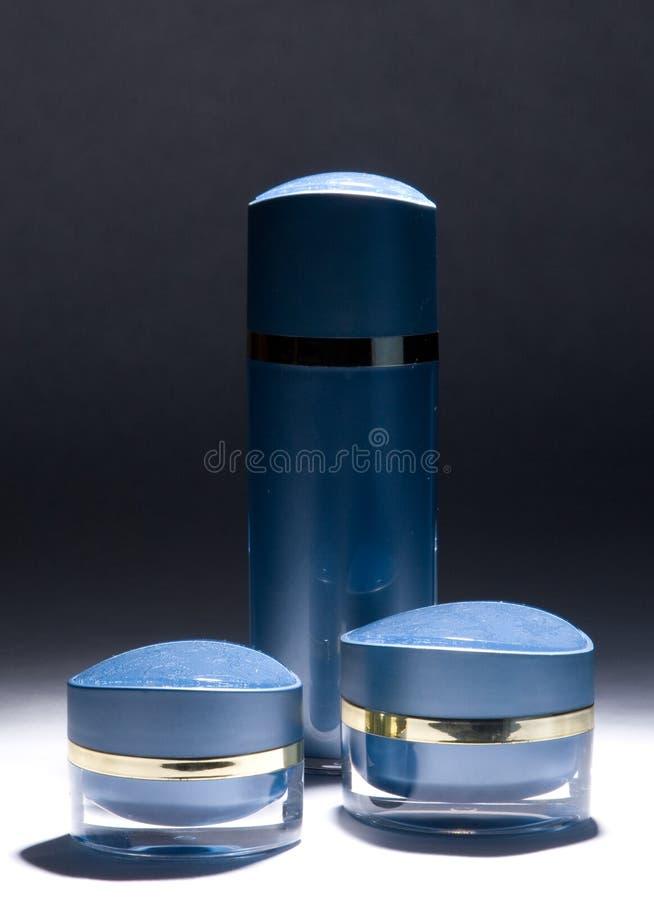 Blauwe roomkruiken en fles stock foto's