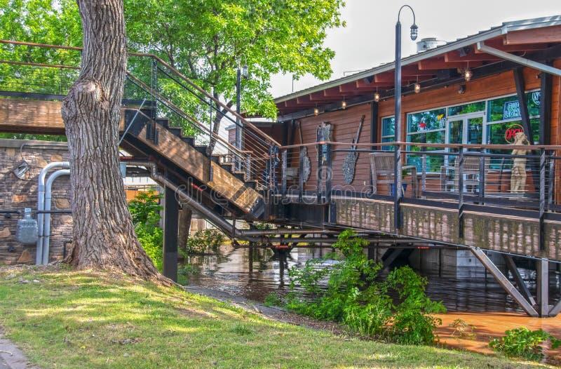 Blauwe Rose Cafe en de Bar bouwden op stelten op de rivier van Arkansas tijdens 10 jaar vloed met water al manier voort royalty-vrije stock foto