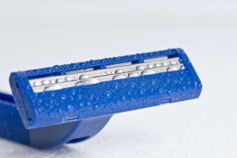 Blauwe scheermessen die op witte achtergrond worden geïsoleerdn stock afbeelding