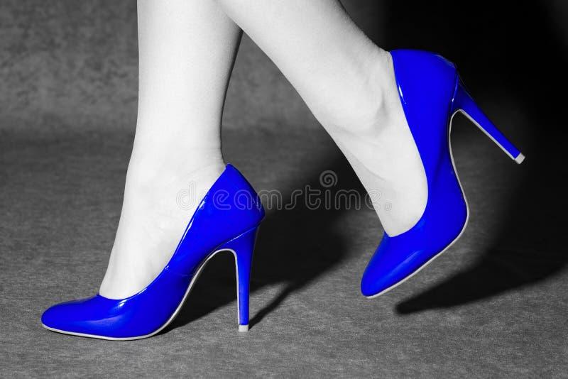 In blauwe schoenen stock foto's