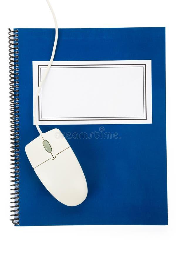 Blauwe schoolhandboek en computermuis stock afbeeldingen