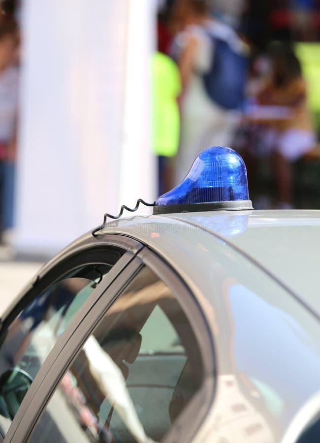 Blauwe sirene van de politiewagen in de stad tijdens een controle stock foto's