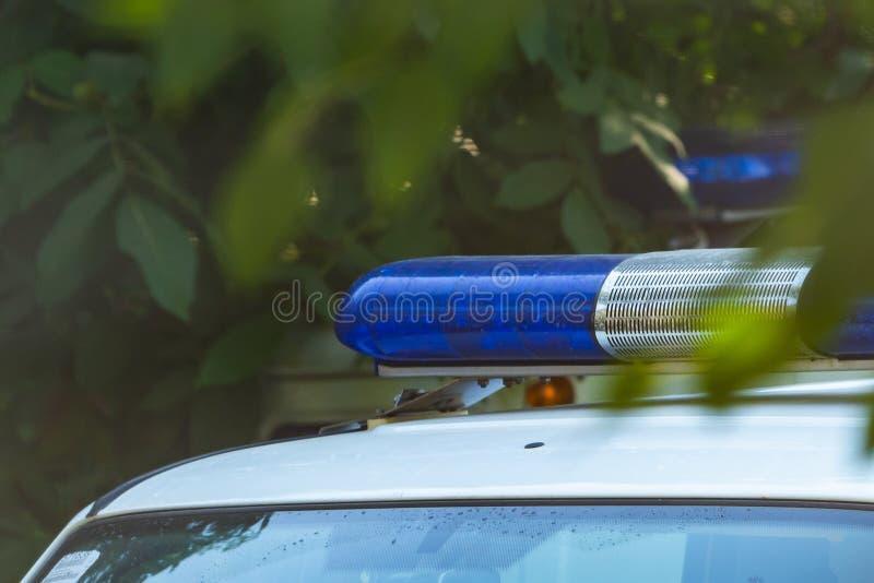 Blauwe sireneflitser op de politiewagen Flitslicht en sirene op de noodsituatieauto Politiesignaal stock fotografie