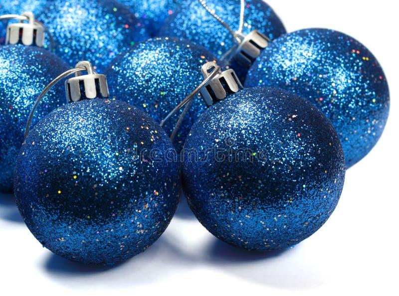 Blauwe spangled Kerstmisballen stock afbeeldingen