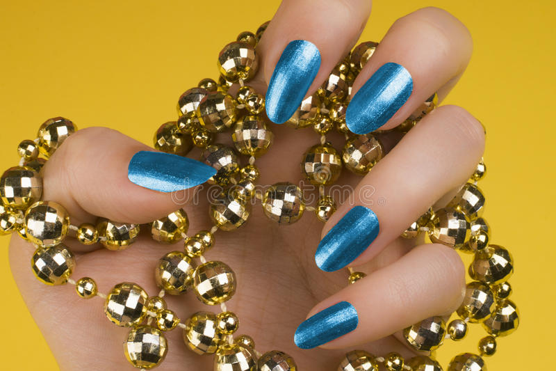 Blauwe spijkersmanicure stock afbeelding