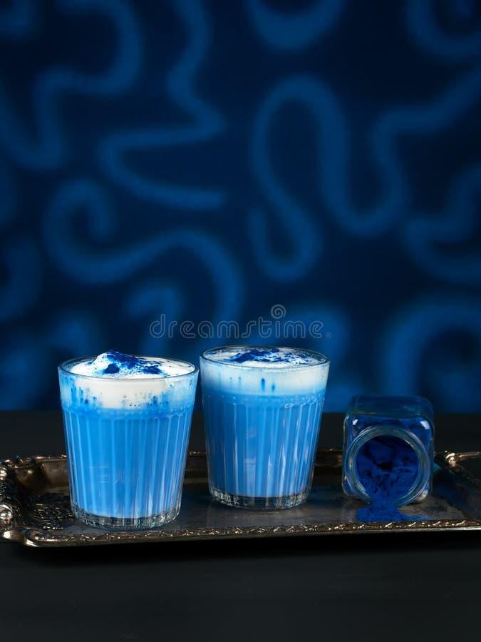 Blauwe spirulina latat op donkerblauwe achtergrond royalty-vrije stock afbeeldingen
