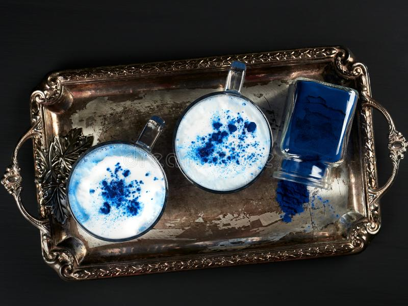 Blauwe spirulina latat op donkerblauwe achtergrond stock afbeeldingen
