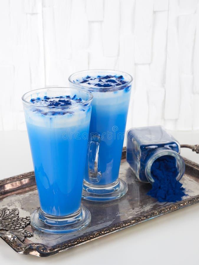 Blauwe spirulina latte op witte achtergrond, met bovenste kopieerruimte stock afbeelding