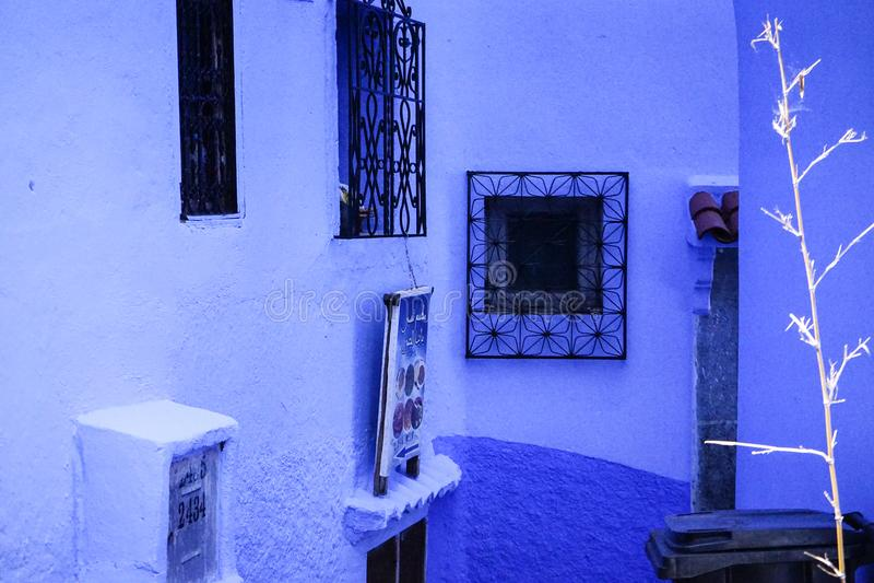 Blauwe stad, vensters en muren stock foto