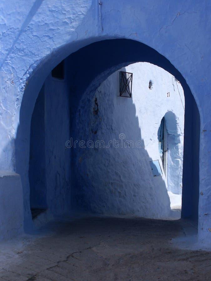 Download Blauwe steeg met passage stock foto. Afbeelding bestaande uit muren - 44384