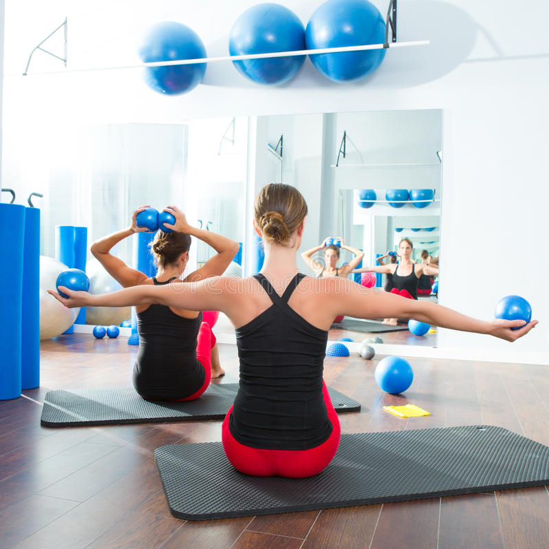 Blauwe stemmende bal in de achtermening van de vrouwen pilates klasse royalty-vrije stock foto's