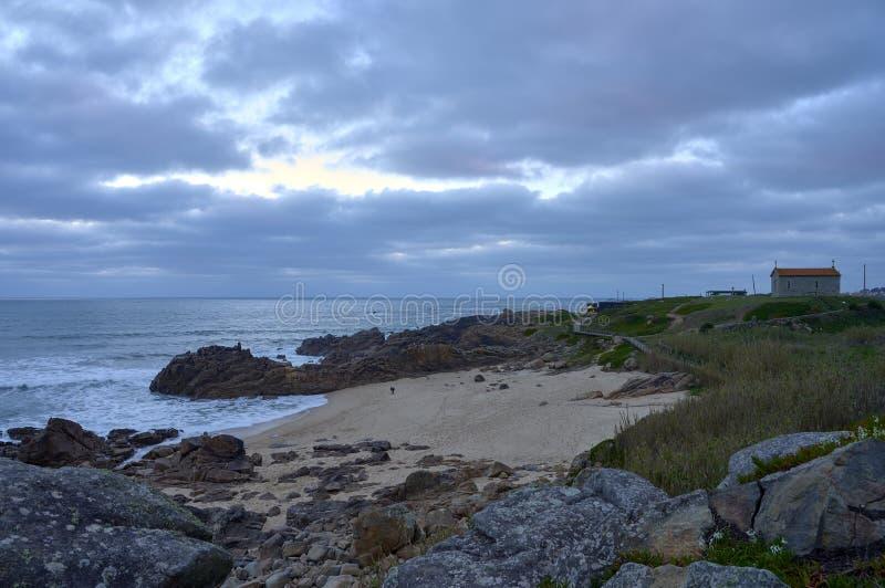 Blauwe stemming met bewolkte sk over het strand royalty-vrije stock afbeeldingen