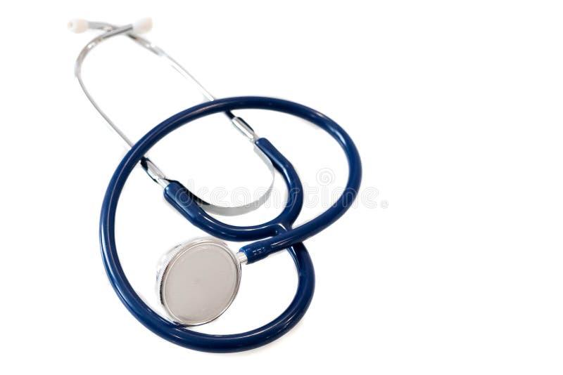 Blauwe stethoscoop die op witte achtergrond wordt geïsoleerd Medisch materiaal als achtergrond Vertragingen en wapens royalty-vrije stock afbeeldingen