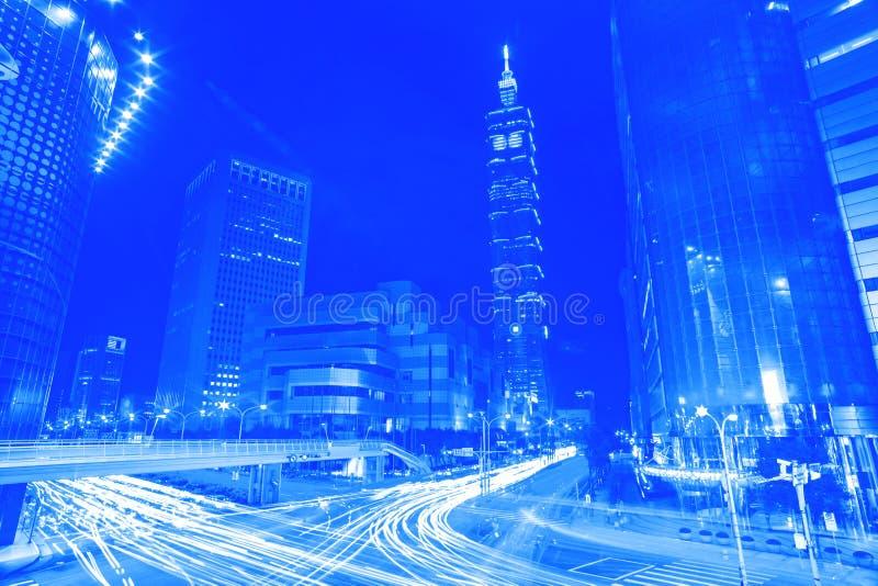 Blauwe stijl lichte slepen van de strook van het voertuigverkeer over bu stock afbeelding