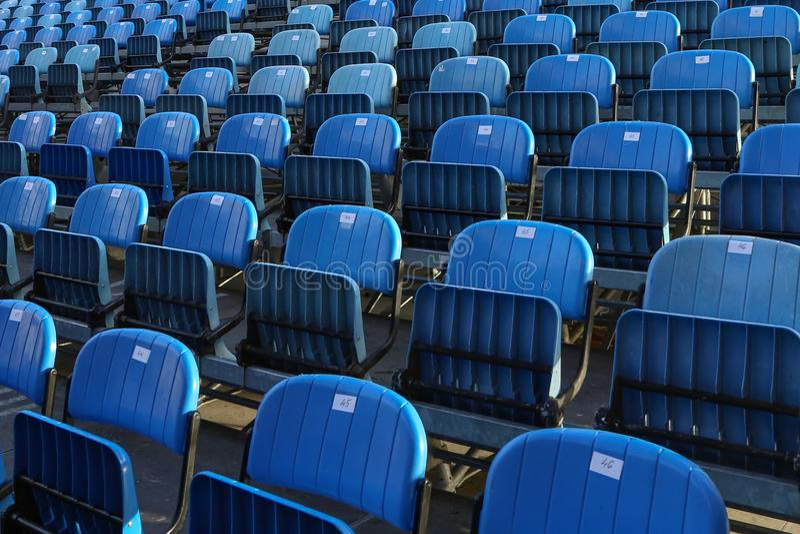 Blauwe Stoelen op het trefpunt van het de zomeroverleg stock fotografie