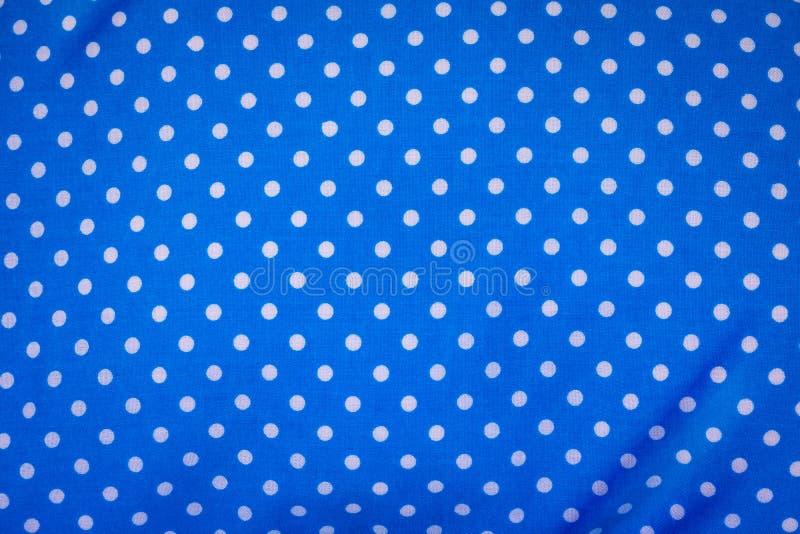 Blauwe stof op de achtergrond van het stippenpatroon Moderne textieltextuur Detail van kleding royalty-vrije stock afbeeldingen