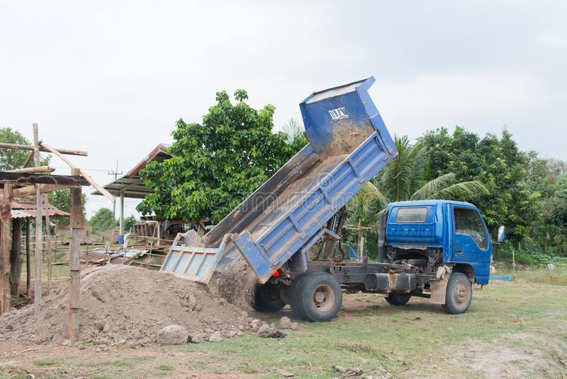 Blauwe stortplaatsvrachtwagen het leegmaken grond bij bouwwerf royalty-vrije stock fotografie