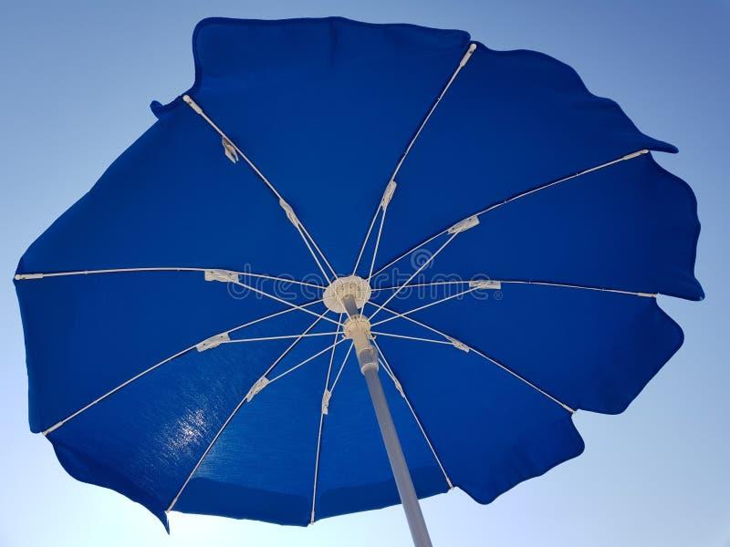 Blauwe strandparaplu royalty-vrije stock afbeeldingen