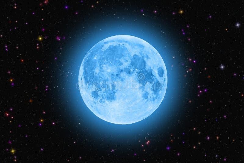 Blauwe super maan die tegen kleurrijke sterrige hemel gloeien stock afbeelding