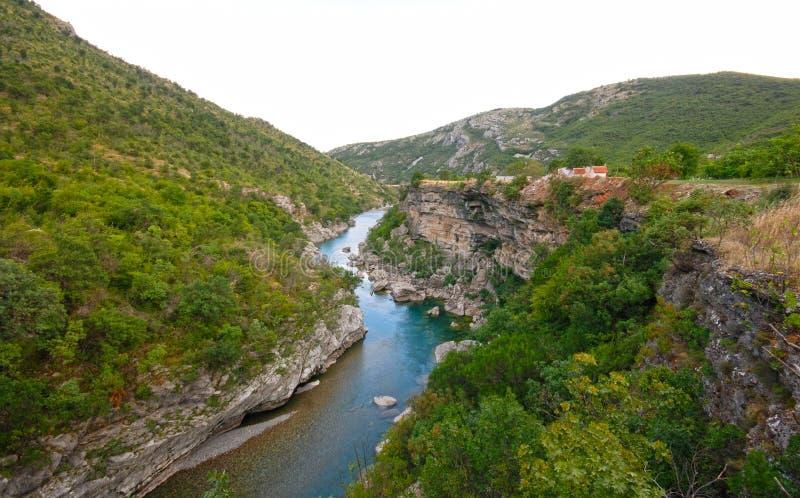 Blauwe Tara rivier in Montenegro bergen stock foto
