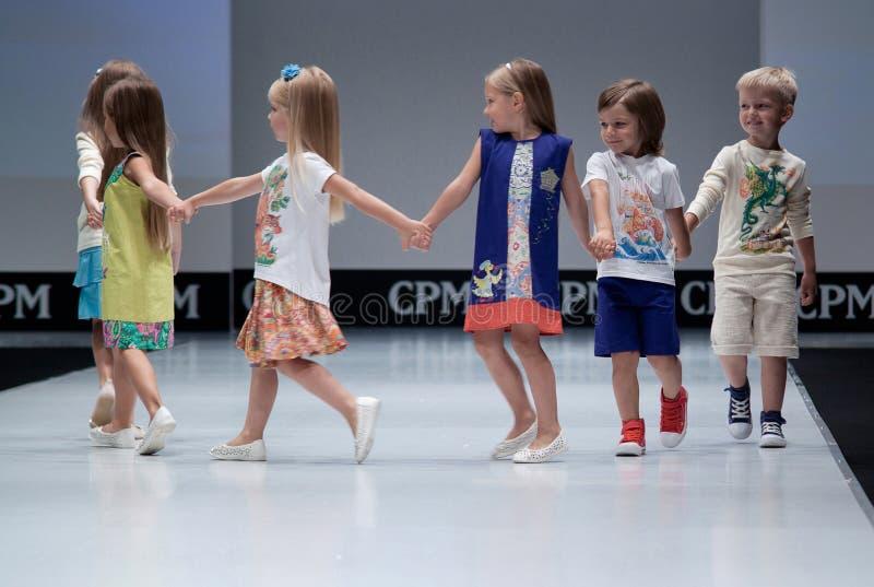 Blauwe tint en flits van fotograaf Jonge geitjes op podium royalty-vrije stock foto's