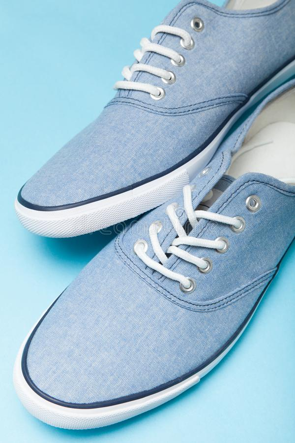 Blauwe toevallige stedelijke tennisschoenen op witte achtergrond verticaal royalty-vrije stock foto