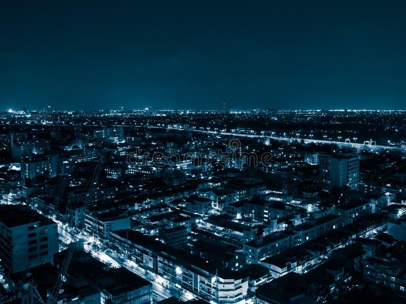 Blauwe Toon van Nachtcityscape van Bangkok stock afbeeldingen