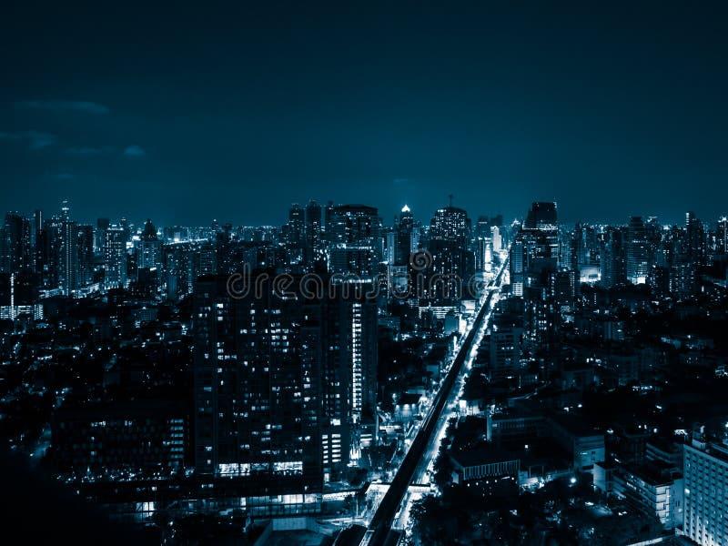 Blauwe Toon van Nachtcityscape van Bangkok royalty-vrije stock foto