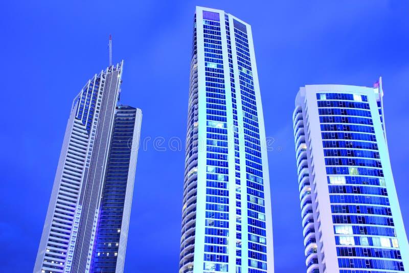 Blauwe torengebouwen bij nacht stock afbeelding