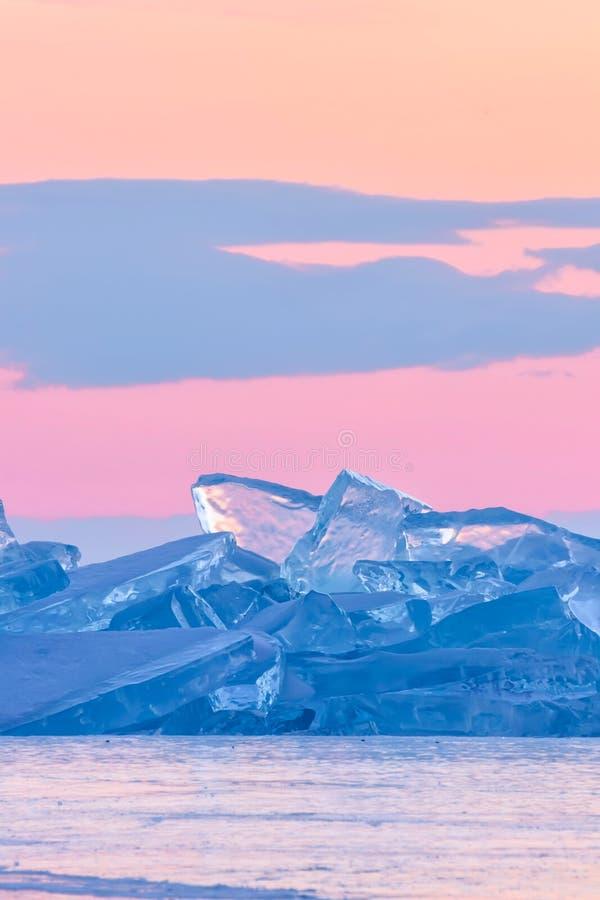 Blauwe toros van Baikal tegen de achtergrond van de roze hemel van de dageraad en de purpere wolken royalty-vrije stock afbeelding