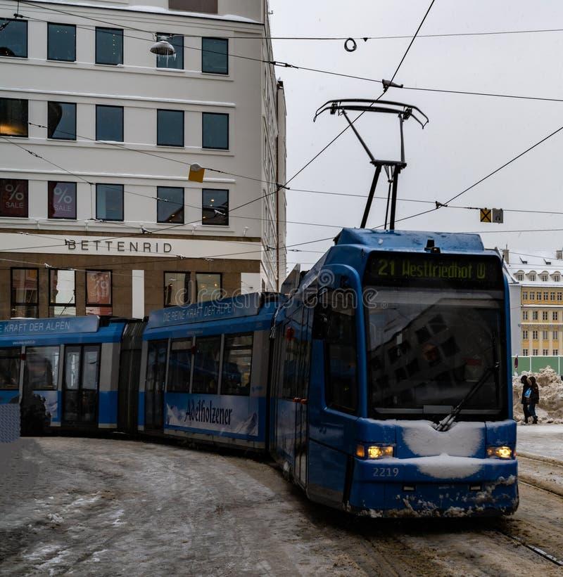 Blauwe tramritten rond stad, vervoer royalty-vrije stock fotografie