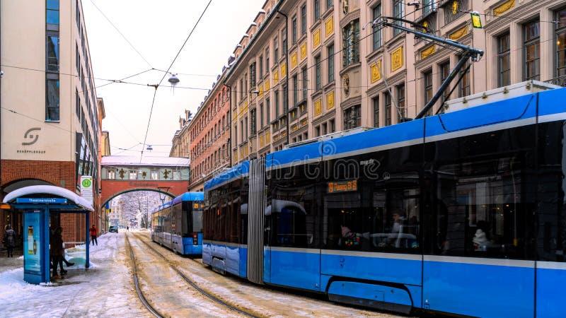 Blauwe tramritten rond stad, vervoer royalty-vrije stock foto