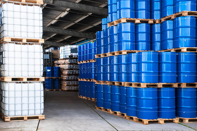 Blauwe trommels en container royalty-vrije stock afbeeldingen
