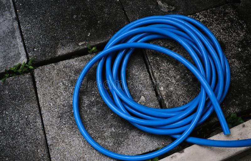 Blauwe tuinslang op wasgebied royalty-vrije stock fotografie