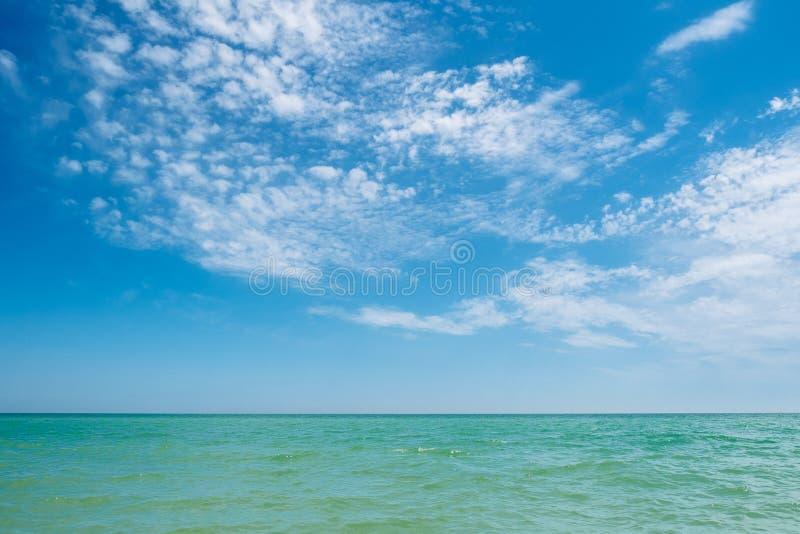 Blauwe turkooise overzeese en hemelwolken royalty-vrije stock foto's