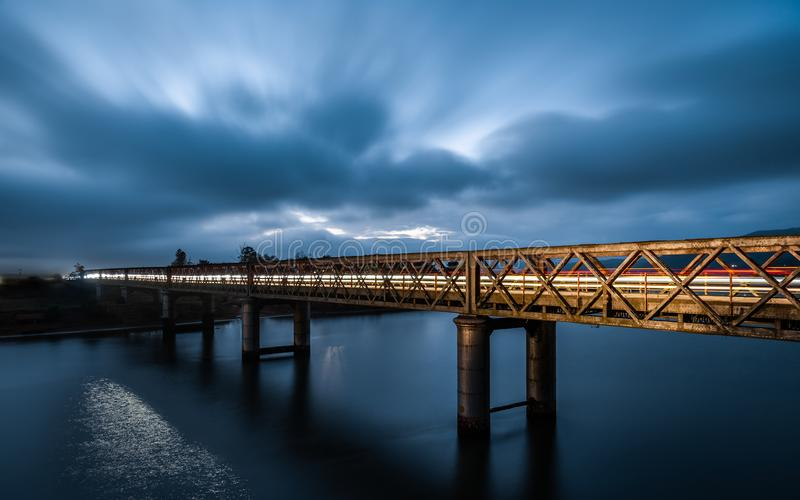 Blauwe uurbrug met lichte slepen over de Gamtoos-brug stock afbeeldingen