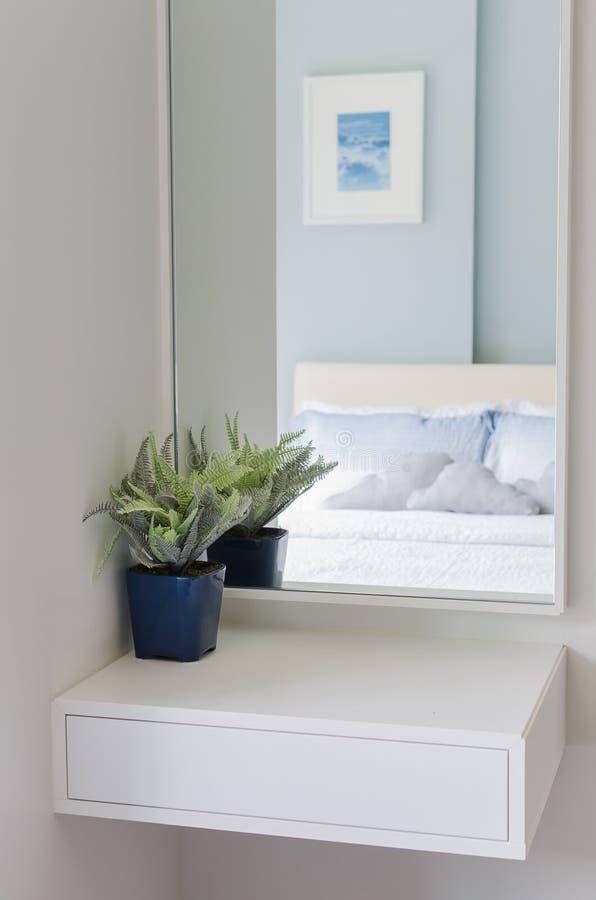 Blauwe vaas op witte toilettafel royalty-vrije stock afbeelding