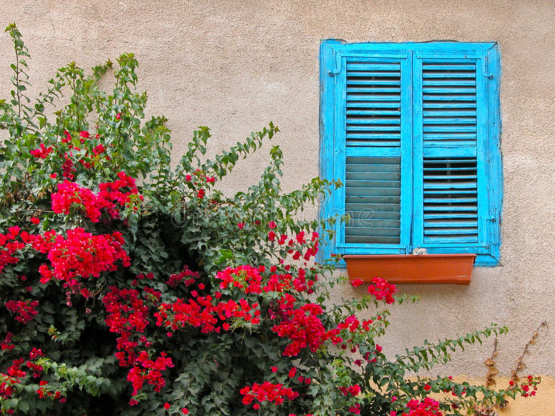 Blauwe venster houten zonneblinden stock afbeelding