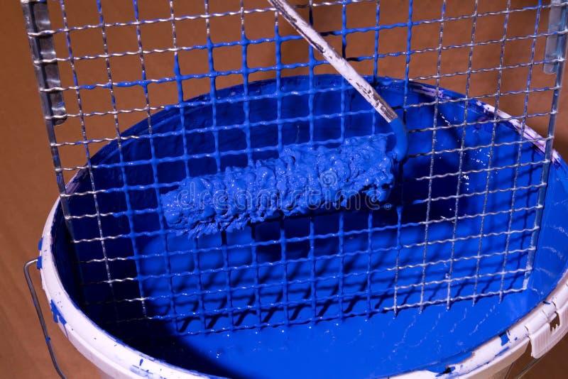 Blauwe verf in een emmer royalty-vrije stock afbeeldingen
