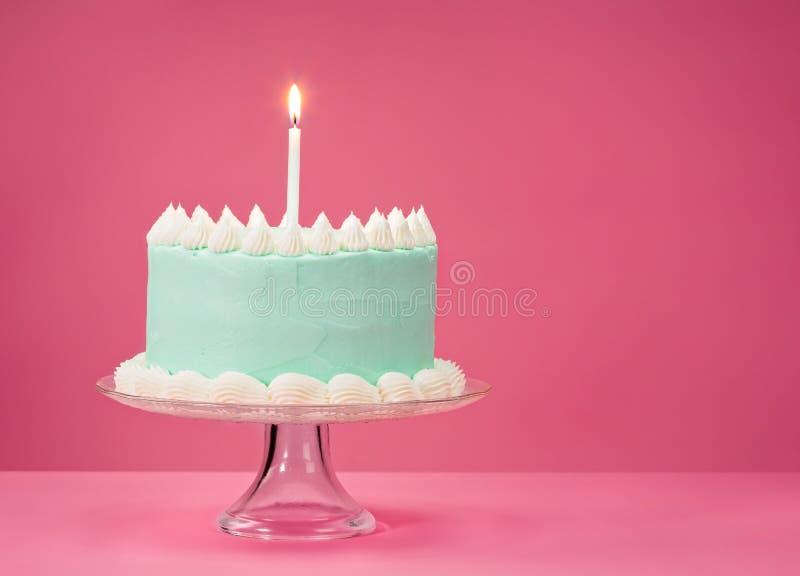 Blauwe Verjaardagscake over roze Achtergrond royalty-vrije stock afbeelding
