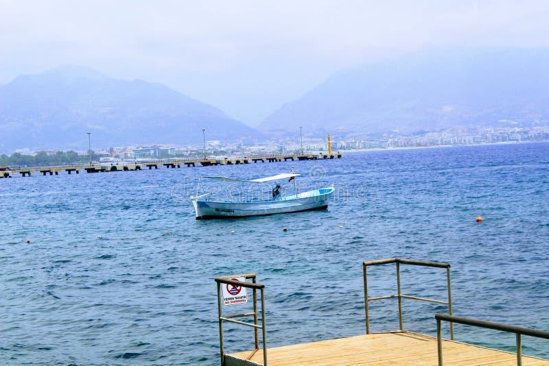 Blauwe vissersboot in de stadshaven Antalya, Turkije stock afbeeldingen