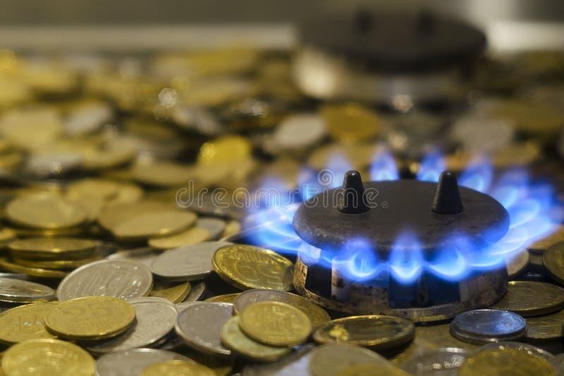 Blauwe vlammen van natuurlijke met gas van een gasfornuis op een backgro stock fotografie