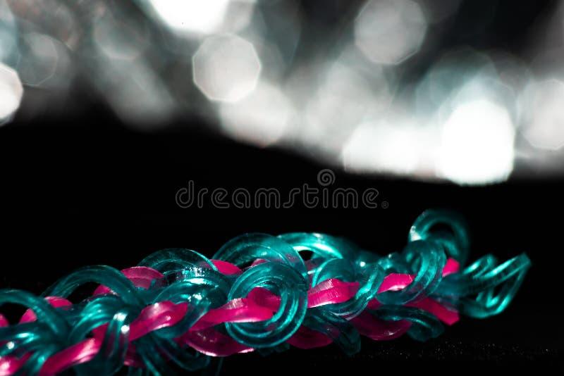 Blauwe vlecht met roze haarbanden royalty-vrije stock afbeelding