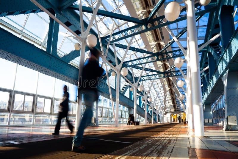 Blauwe voetbrug met mensen royalty-vrije stock foto's