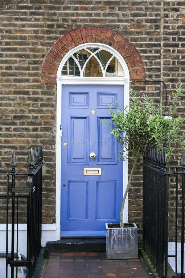 Blauwe voordeur royalty-vrije stock fotografie