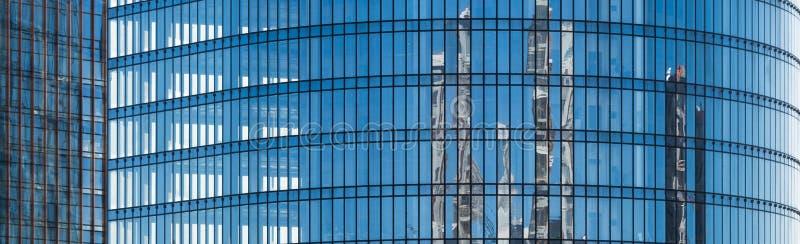 Blauwe voorgevel van een bureaugebouw met glasvensters stock afbeelding
