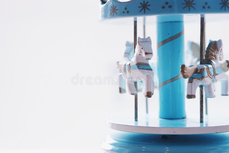 Blauwe vrolijk-gaan-ronde muziekdoos stock afbeeldingen